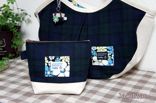 バッグと同色のポーチ